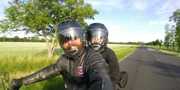 Keď motorkár stretne poledancerku.
